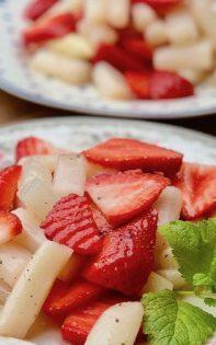 Spargel-Erdbeer-Salat Hochformat
