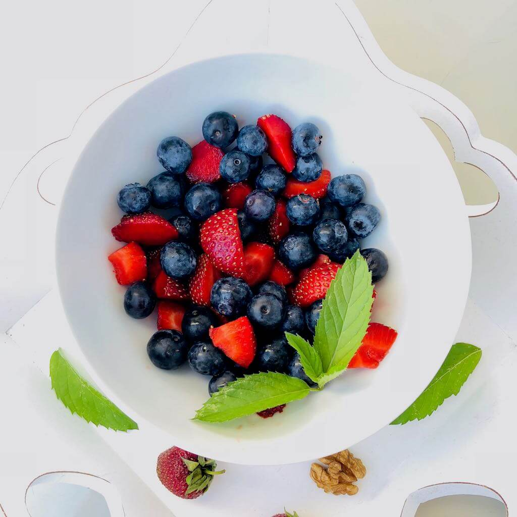 Schale mit Obst von oben, Logo leckervital