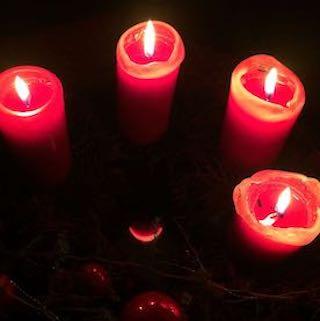 Adventskran mit roten Kerzen von oben