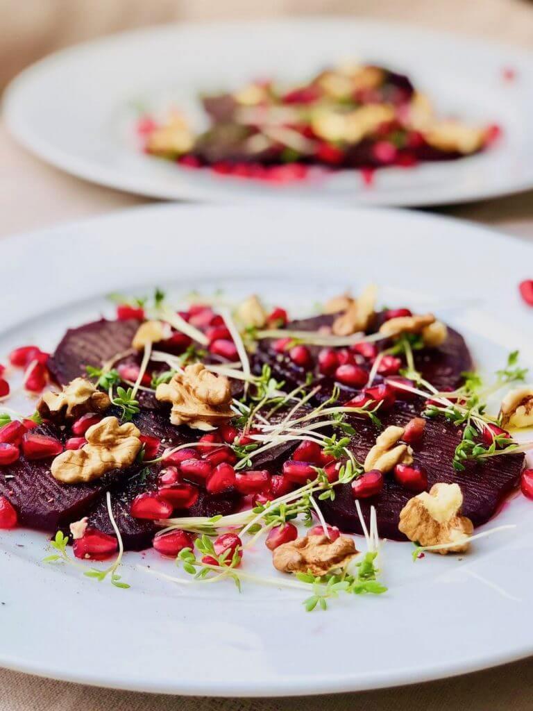 Rote-Bete-Carpaccio mit Walnüssen, Kresse und Granatapfel von vorne