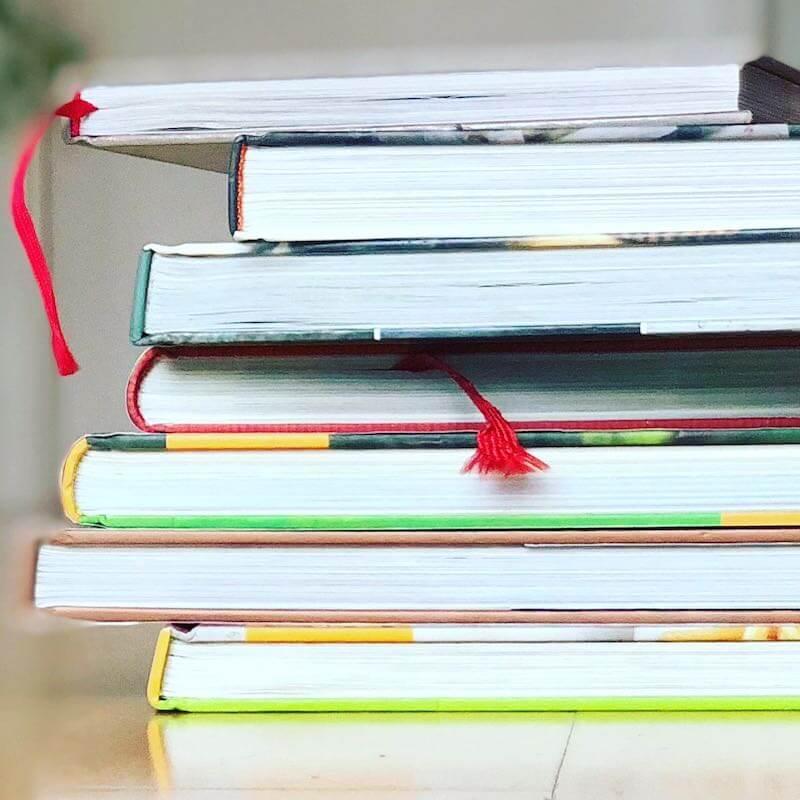 Stapel mit verschiedenen Büchern quadratisch