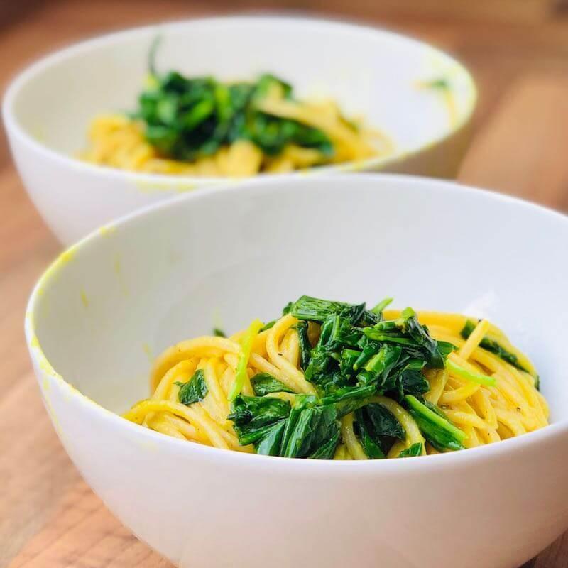 2 Schüsseln mit Spaghetti und Bärlauch