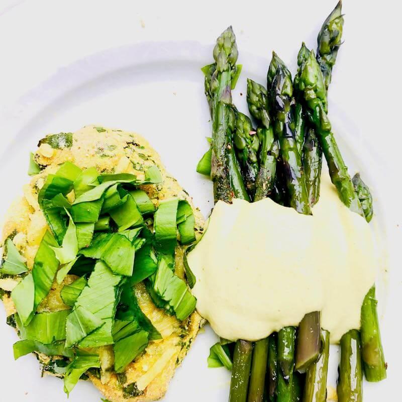Grüner Spargel, vegane Senf-Mayo und Bärlauch-Küchle von oben