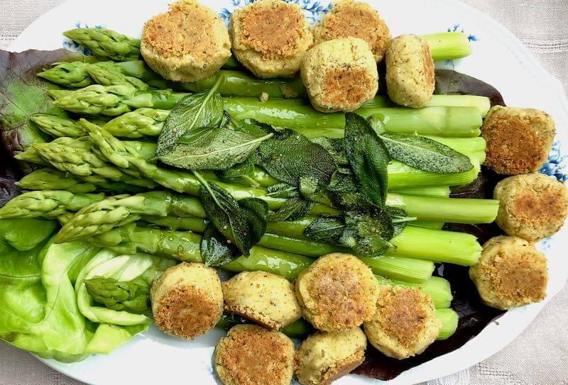 Falafel mit grünem Spargel und geröstetem Salbei