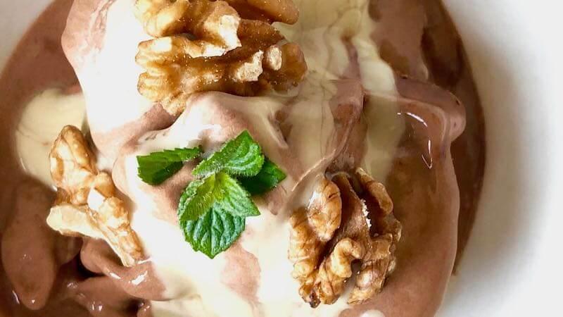 Bananen Schoko Nicecream mit Walnüssen und Minze - für heiße Tage