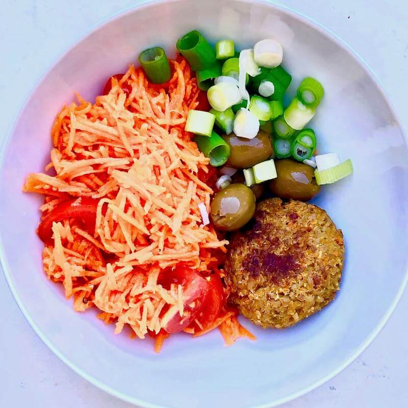 Grünkern-Burger mit Karotten-Salat