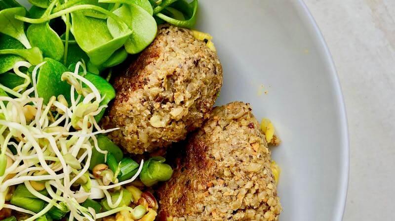 Grün-Kern Burger in einer Schüssel mit Salat und Sprossen