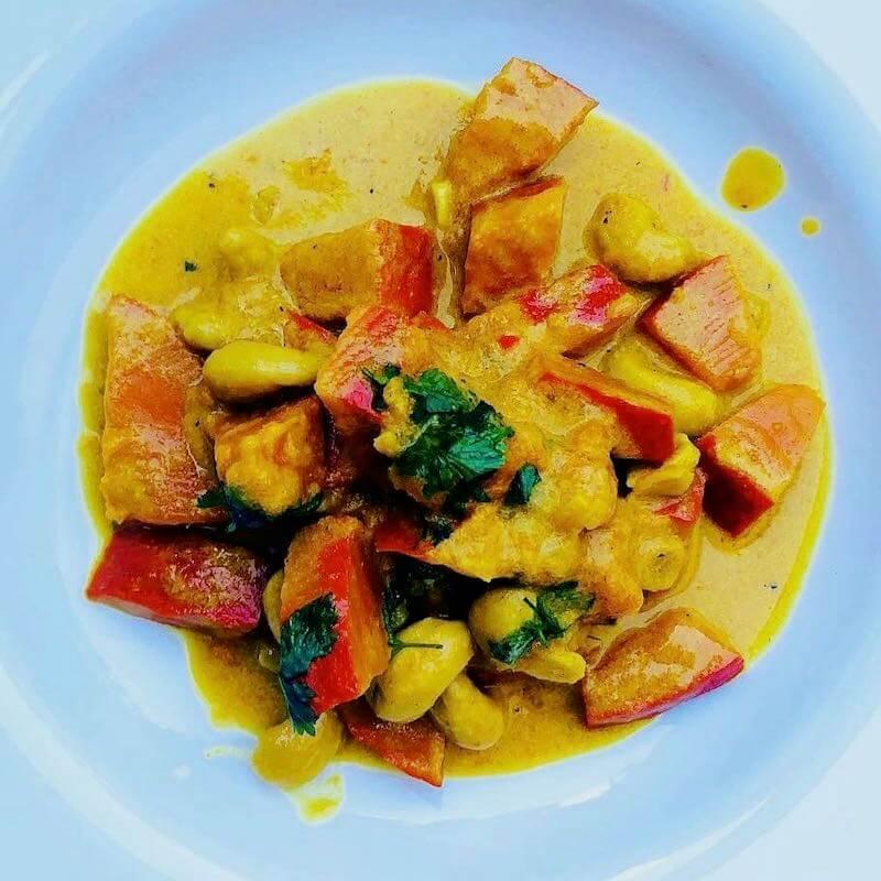 Kürbis-Curry von oben, quadratisch, mit Koriander