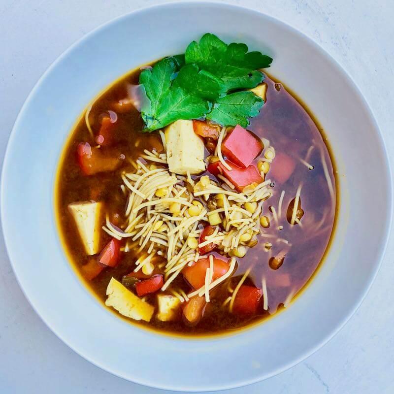 Miso-Suppe von oben quadratisch mit Kräutern