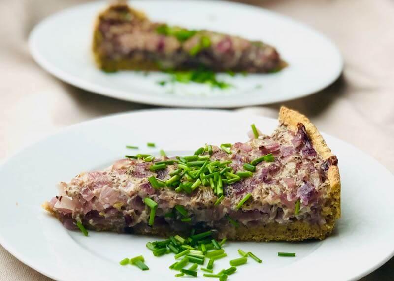 Zwiebelkuchen auf Tellern - trotz Diät