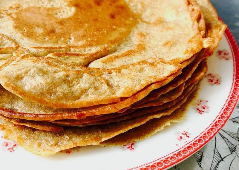 Braunhirse-Pfannkuchen auf Teller Querformat