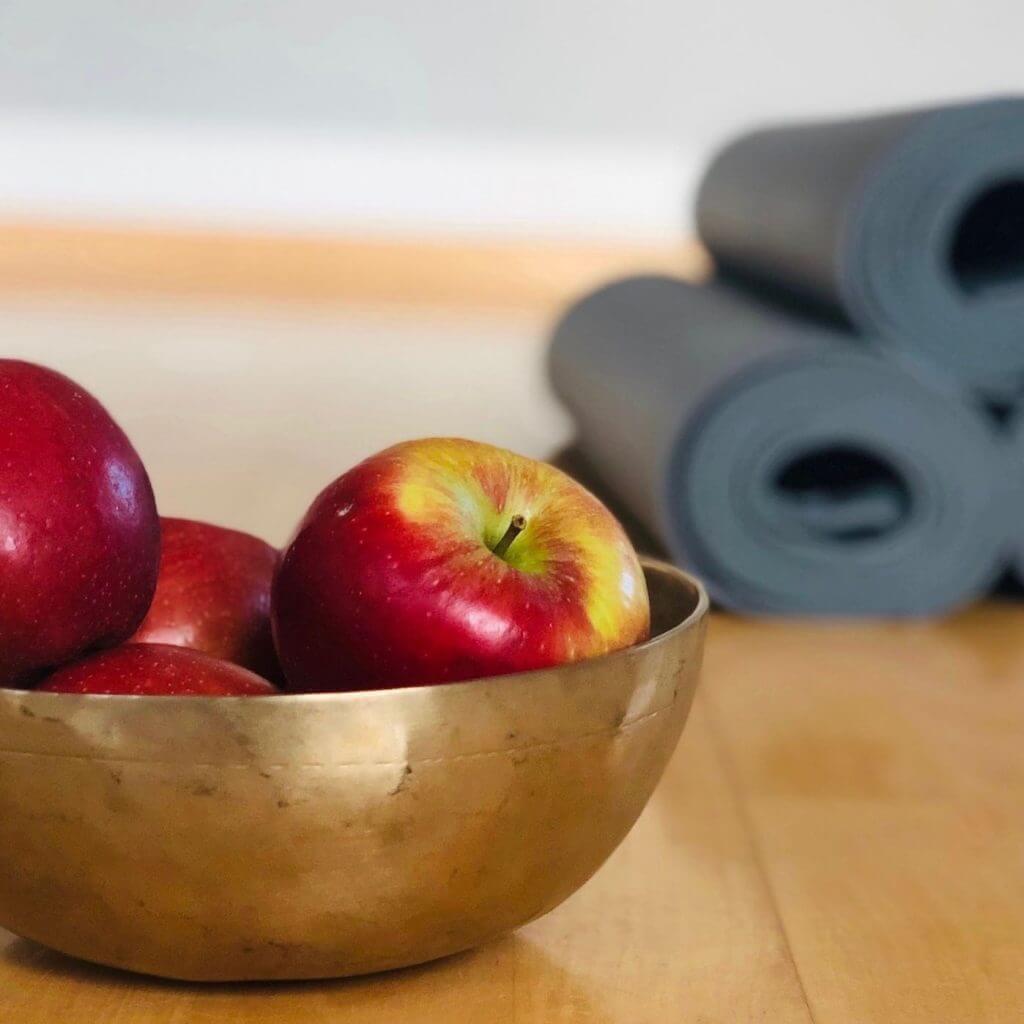 Yoga-Matten mit Äpfeln
